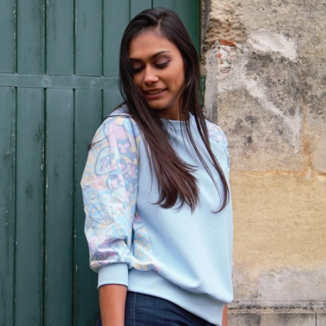 Sweatshirt bleu ciel manches à fleurs