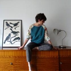 Sweatshirt bleu canard manches fleuries