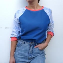 Sweatshirt bleu à manches à fleurs