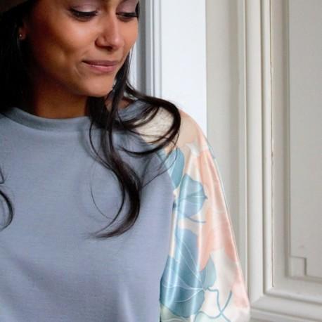 Sweatshirt gris manches à imprimé fleuri